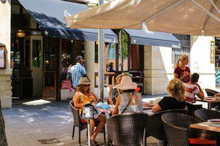 calabrasa terraza patatas bravas barcelona restaurantes alioli salsas